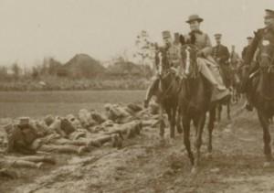 Wilhelmina inspecteert militairen in 1916 (NB locatie foto onbekend)