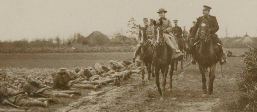 Wilhelmina inspecteert militairen in 1916 (NB locatie foto onbekend. bron: www.gahetna.nl)
